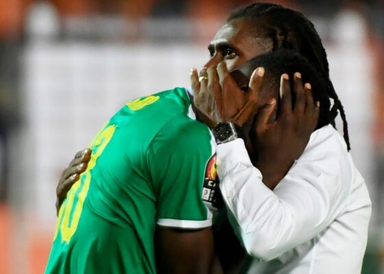 senegals coach aliou cisse hugs senegals forward ismaila sarr during picture id1156674901 1563619371282 - Onze d'Afrik